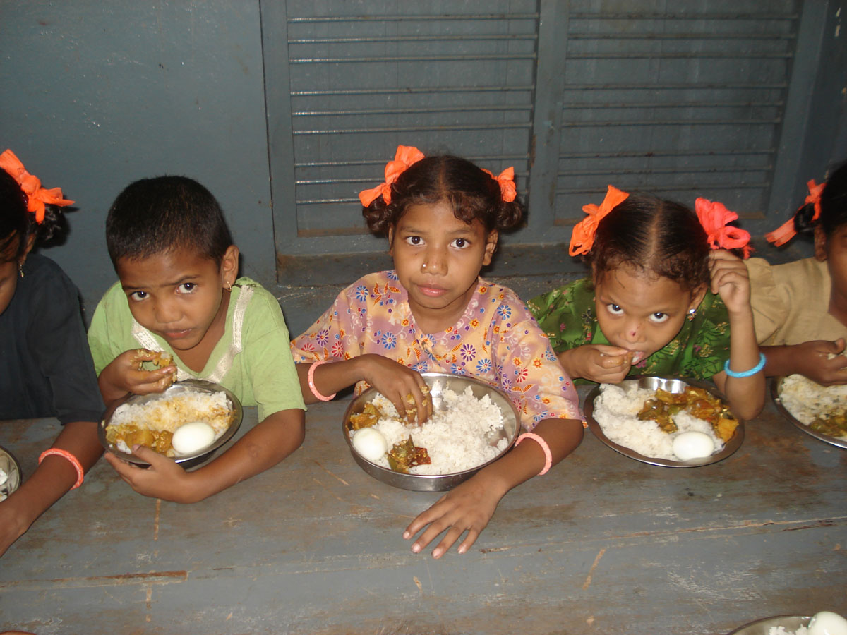 Children eating-2